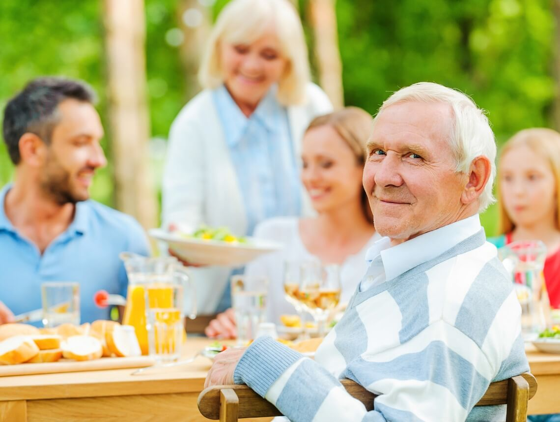 Tips for a Memorable Family Reunion for Senior Dementia